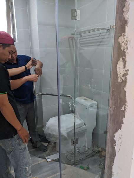 lắp đặt kính cường lực cho phòng tắm