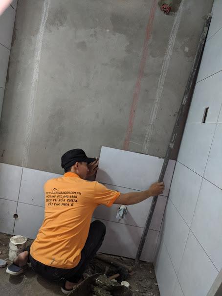 thi công ốp gạch tường nhà vệ sinh