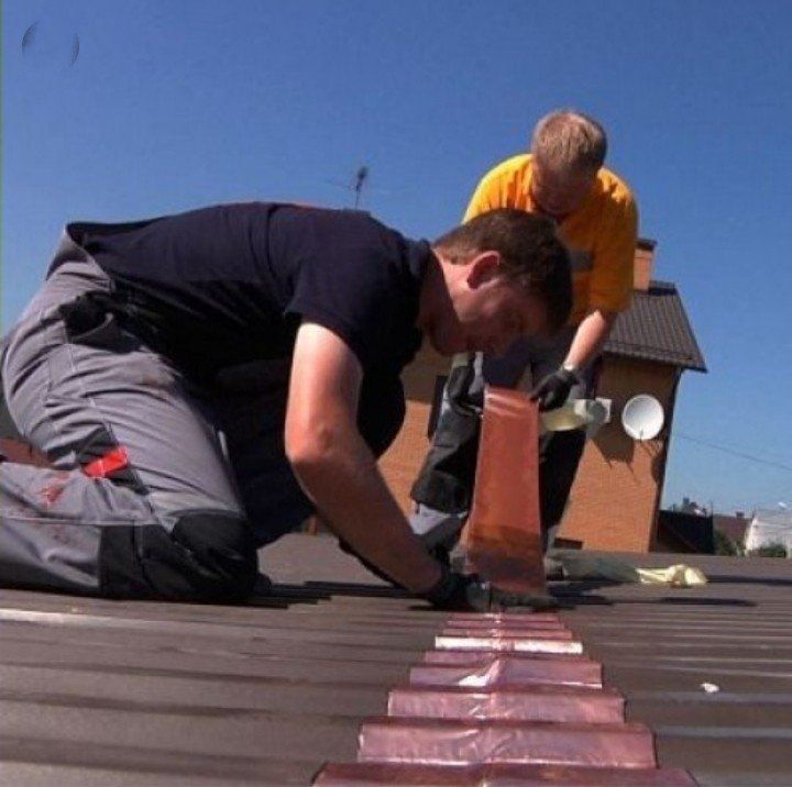 Hình ảnh xử lý chống thấm dột bằng tấm giấy dầu chống thấm trên mái nhà