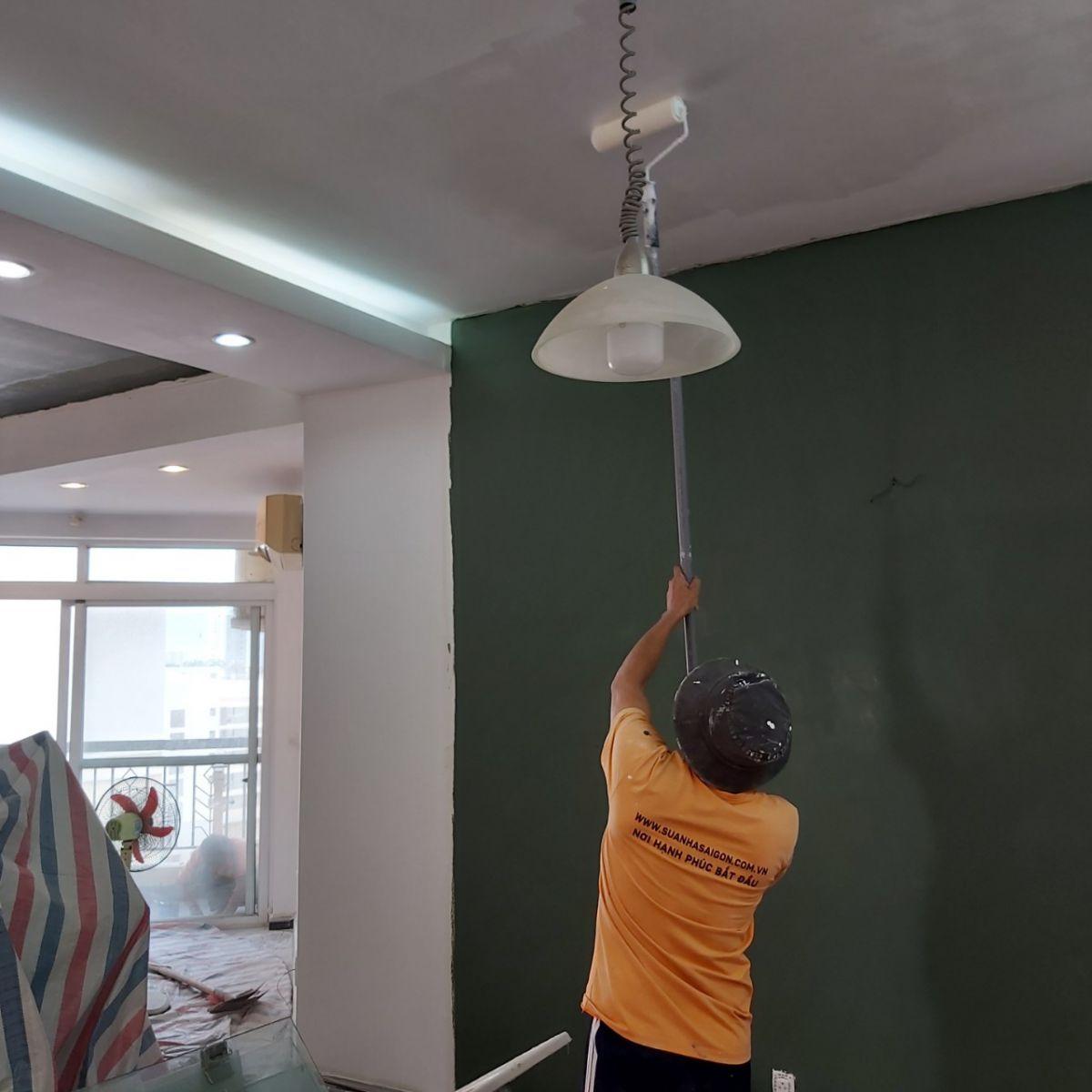 Thi công lăn sơn nươc trần nhà